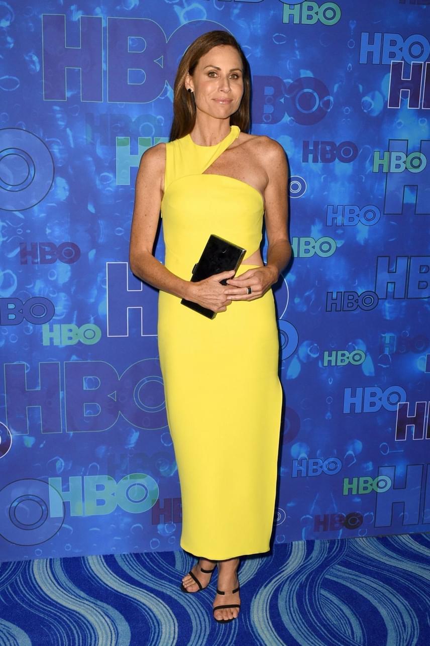 A napsárga szín keveseknek áll jól, a 46 éves Minnie Driver azonban tündököl ebben az asszimetrikus ruhában.