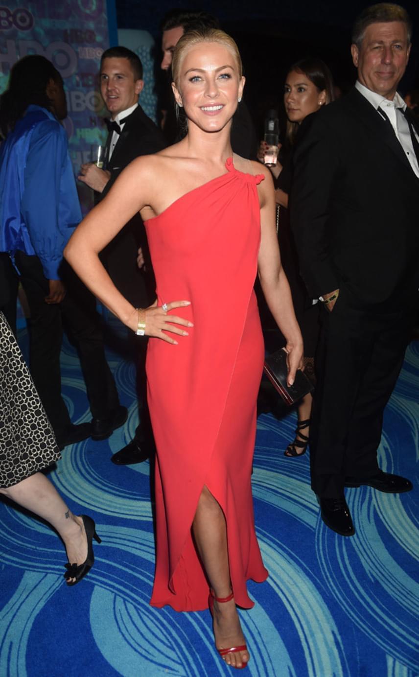 Julianne Hough egy piros ruhára tette le a voksát. Nagyon jó döntés volt, szőke hajával igazán jó párost alkotott a designerdarab erőteljes színe.
