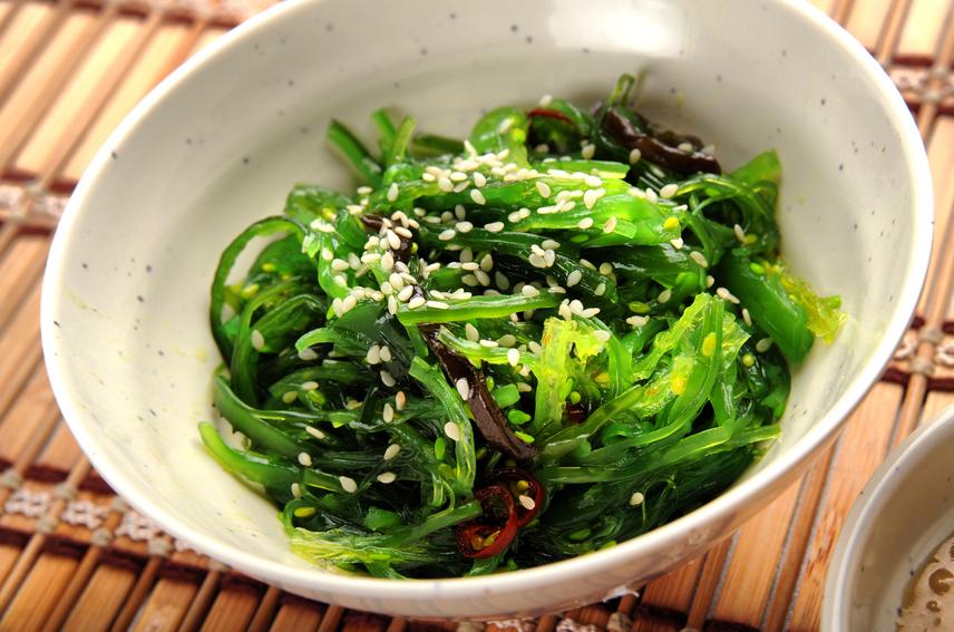 A tengeri alga ugyan különlegességnek számít, hetente vagy havonta néhány alkalommal mégis egészséges kiegészítése lehet az étrendednek. Az alga gyulladáscsökkentő, immunerősítő hatása megkönnyíti a zsírleadást, a laktató növényi rostok csökkentik az étvágyat, míg a benne található antioxidánsok az öregedési folyamatokat is lassítják. Ez többek között azon is meglátszik, hogy a világ legnagyobb algafogyasztóinál, a japánoknál az egyik legmagasabb a várható élettartam. Por formájában szinte minden bioboltban beszerezheted.