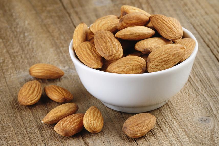 Az egyik legjobb, zsírban oldódó vitaminokban - többek között fiatalító E-vitaminban - gazdag nassolnivaló a mandula, ám számos más csonthéjas mag is hasonló hatással bír. A Harvard School of Public Health két kutatása szerint is érdemes naponta egy alkalommal dióféléket fogyasztani, hiszen számos betegséget és a túlsúlyt is távol tartják. Ennél többet azonban inkább ne fogyassz belőlük, hiszen zsírtartalmuknak köszönhetően kalóriában gazdagok. Tudd meg, hány szem mandula 100 kalória, és milyen más egészséges, diétás nassolnivalókból ehetsz ugyanennyit!