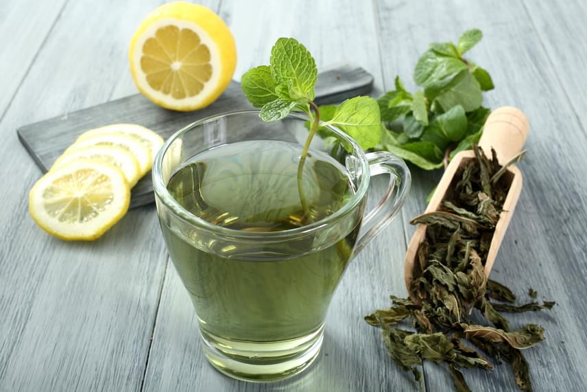 A zöld tea vízhajtó hatásának köszönhetően segít a derék környékén megkötött víz leadásában. Emellett mind a fekete, mind a zöld tea katekineket tartalmaz, melyek érvédő képességekkel rendelkeznek. Sőt, mindkét teatípus antioxidánsokkal tölt fel, melyek a bőr öregedését is lassítják, és rákellenesek. Fogyassz naponta két-három csésze zöld teát a látványos hatás érdekében!