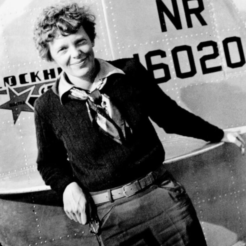 Eddig úgy gondolták, hogy ez az utolsó ismert fotó Amelia Earhartról. A kép 1937. június 1-jén, az indulás előtti napon készült egy fotózáson, amelyről nemrégiben egy rövid videó is nyilvánosságra került. Kattints ide, ha megnéznéd a kisfilmet!