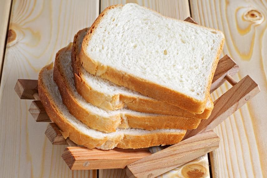 Az elhízás fokozza a pikkelysömör megjelenésének kockázatát - a testben jelen lévő zsírsejteknek speciális kapcsolatuk van a bőrelváltozással -, így minden olyan táplálék kerülendő, melynek gyakori fogyasztása súlytöbblethez vezethet. Ilyen például a fehér kenyér is, melynek kapcsán azonban a gluténérzékenységet is gyakran említik meg, a pikkelysömörben szenvedők egy részére ugyanis jellemzően igaz előbbi, így nem lehet nem odafigyelni az összefüggésre.