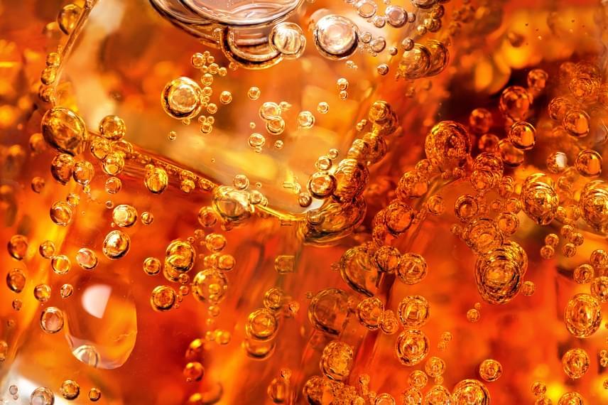 Ugyanezen okból, illetve az elhízás megelőzése miatt is kerülni kell a cukros üdítők fogyasztását, a pikkelysömör megjelenését ugyanis az ételeken kívül bizonyos italok fogyasztása is elősegítheti.