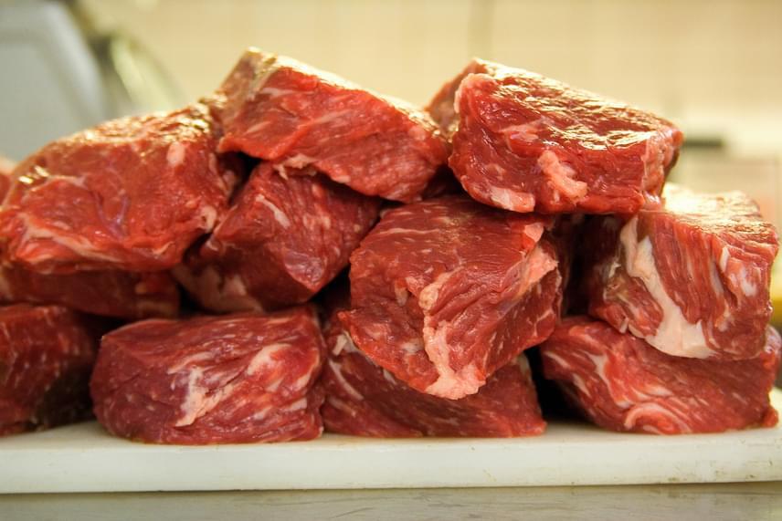 A vörös húsok káros, sőt, rákkeltő hatását nemrég hitelesen igazolták, nem véletlen, hogy fogyasztásuk a pikkelysömör esetében sem javallott, a zsírokban gazdag vörös hús ugyanis amellett, hogy fokozza a betegség szempontjából szintén kockázati tényezőnek számító elhízás kialakulásának valószínűségét, gyulladásos folyamatokat indíthat el a testben, melyek szoros összefüggést mutatnak a probléma megjelenésével.