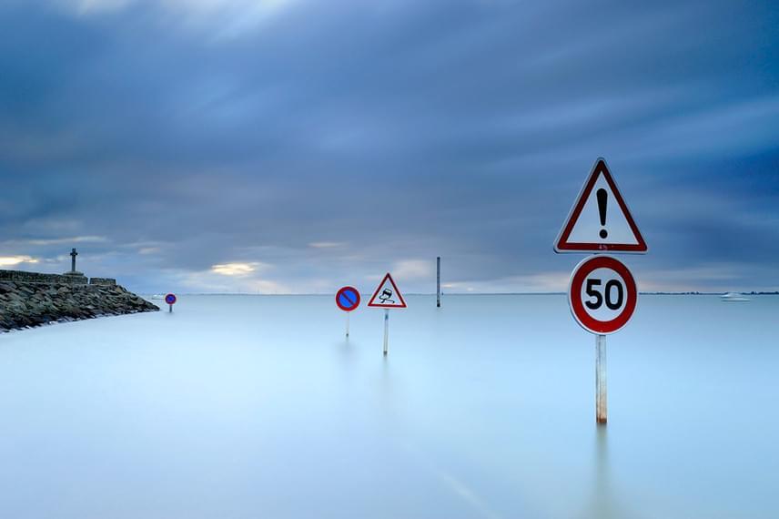 Amikor megérkezik a dagály, az út teljesen eltűnik, és csak a táblák emlékeztetnek rá.