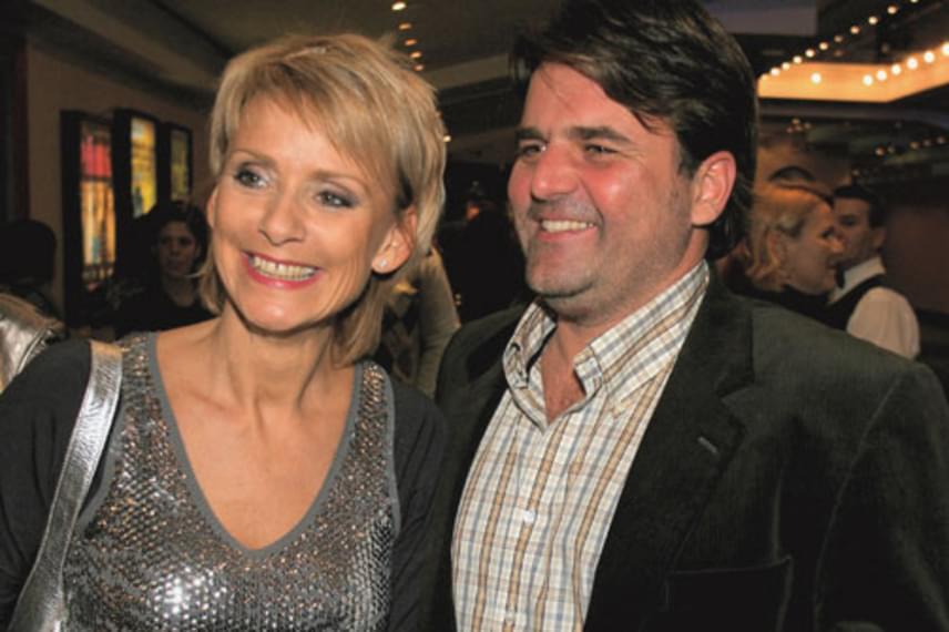 """Az 53 éves Jakupcsek Gabriella második férje, a hat évvel fiatalabb Kliegl Ádám operatőr állítja, világéletében """"háttérember"""" volt, így nem csoda, hogy alig látni kettejüket egy-egy nyilvános eseményen. A műsorvezető és férje 1999-ben házasodott össze, kislányuk, Emma Róza 2009-ben született."""