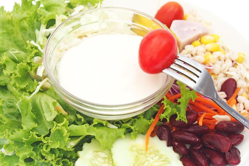 A csökkentett zsírtartalmú salátaöntetek ideális fogyókúrás ízesítésnek tűnnek, nem? Sajnos ez egyáltalán nem így van. A zsír hiánya nem jelenti azt, hogy ne lennének a dresszingben cukrok vagy az étvágyat növelő édesítőszerek, míg az állag javításáért, tartósításért és színezésért felelős anyagok az emésztést is lomhává teszik. A legrosszabb, hogy zsír hiányában a zöldségek zsírban oldódó A-, D-, E- és K-vitaminját is elveszíted, így már az egyszerű olívaolaj-balzsamecet kombináció is sokkal jobb, mint ezek a termékek.
