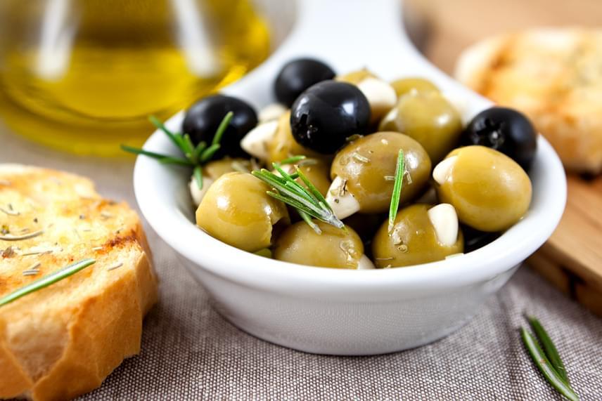 Az olívabogyó gazdag egyszeres, szaturálatlan zsírokban, amelyekről tanulmány is bizonyítja, hogy segítik a fogyást, különösen egy fehérjékben gazdag étrend mellett. A bogyók és az extra szűz olívaolaj fogyasztása akkor is javasolt, ha szeretnéd megelőzni a szív- és érrendszeri betegségeket vagy a diabéteszt.