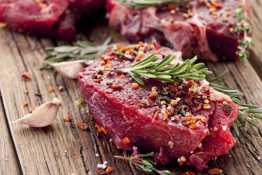A vörös hús gyakran kerül elő vitás elemként az étrendben, noha a nem zsíros húsok rengeteg fontos tápanyagot és egészséges zsírsavakat tartalmaznak. Különösen fontos ezek közül a konjugált linolsav, a CLA, mely egy immunerősítő hatású antioxidáns, ami zsírégető, izomépítő tulajdonságokkal is rendelkezik. Heti egy-két alkalommal ezért érdemes ezt is beiktatni a menübe.