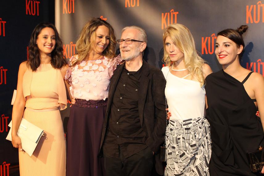 Az öreg kutast Kovács Zsolt alakítja. A képen a prostituáltakat játsszó színésznők gyűrűjében. Trokán Nóra, Pokorny Lia, Kurta Niké és Irma Milovic.