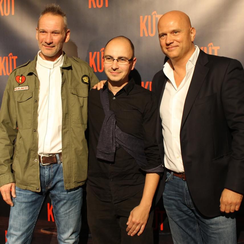 A lányok futtatóját és a sofőrjét alakító László Zsolt illetve Pusztai Ferenc fogja közre a rendező Gigor Attilát.