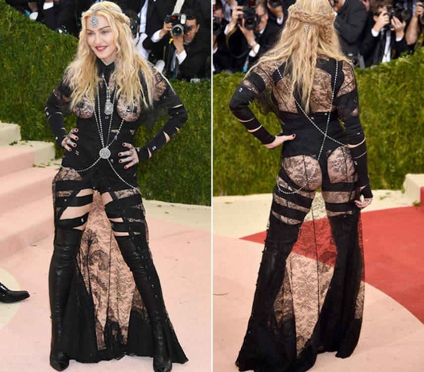 Madonna mellét csak egy kis csipke takarta ebben a merész ruhában. Sokak szerint ezúttal túl messzire ment, 58 évesen nem kellett volna így mutogatnia magát.