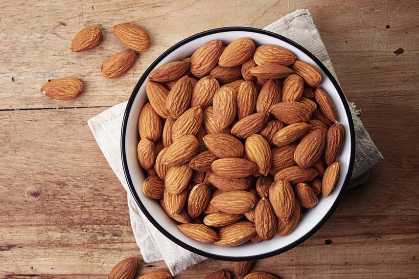 A megfelelő kalciumszint létrejöttét akadályozhatják bizonyos gyógyszerek is - akár epilepszia elleni szerek, akár hashajtók, de erről mindenképp konzultálj orvosoddal -, emellett a fokozott nátriumbevitel, illetve a koffein is fokozza kiürülését. Kompenzálhatod azonban a hatást például különféle növényi magvak fogyasztásával, a mandula például a kalcium egyik legjobb forrása, amennyiben nem tejtermékekről van szó.