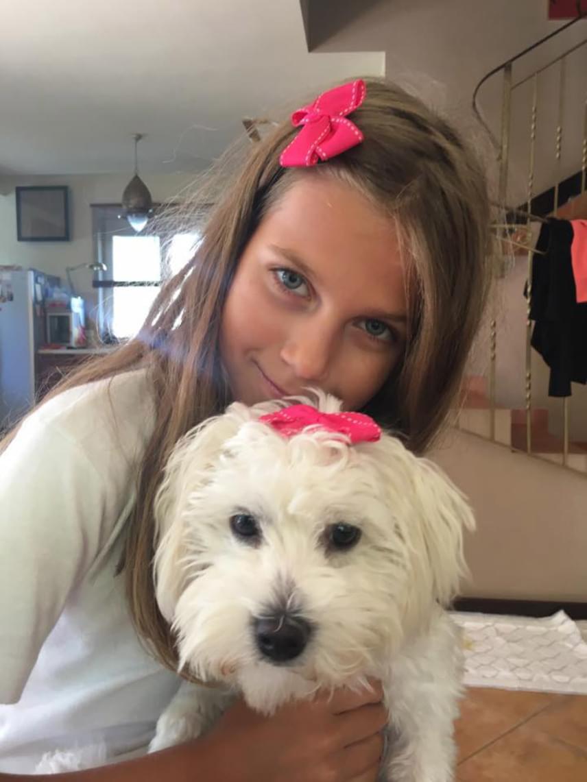 Várkonyi Andrea tegnap posztolta ezt a friss fotót a lányáról. Nóri áprilisban, a születésnapjára kapta ezt a kiskutyát, akit azóta is felelősségteljesen gondoz.