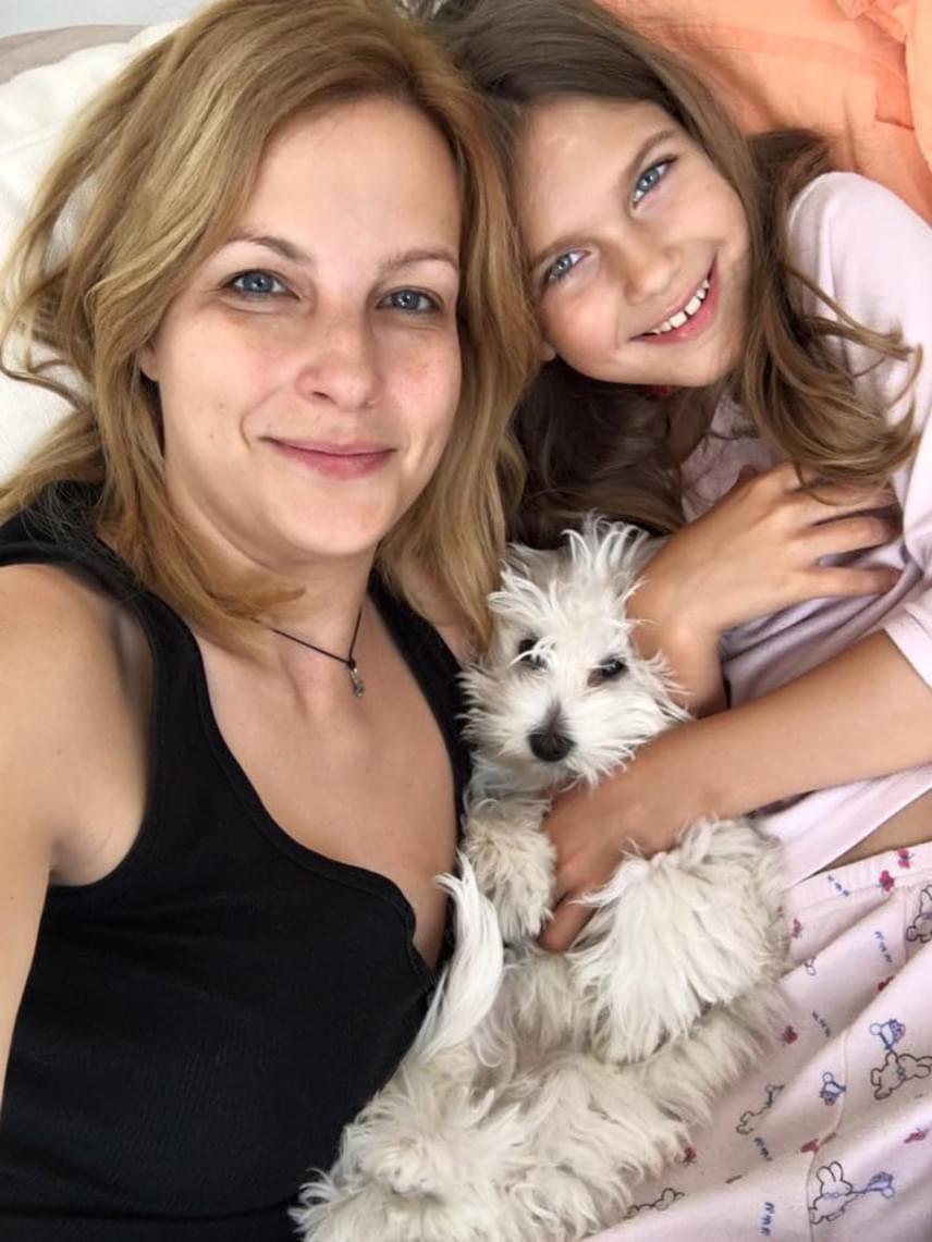 Május végén egy közös anya-lánya szelfi az ágyból. A kommentelők szerint a napról napra gyönyörűbb kislány, Várkonyi Andi szépségét örökölte.