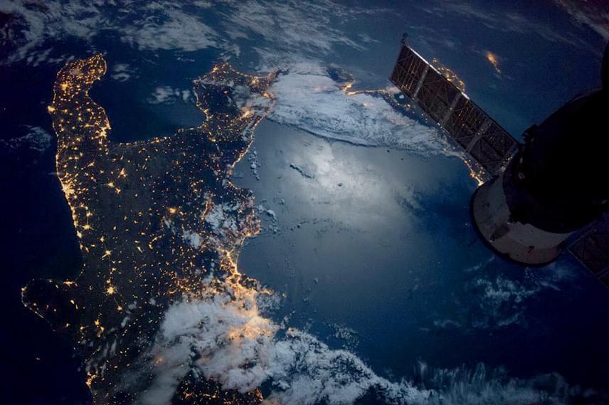 Egy másik fotón Olaszország déli csücske látható, a kép alsó részén pedig a kivilágított Nápoly.