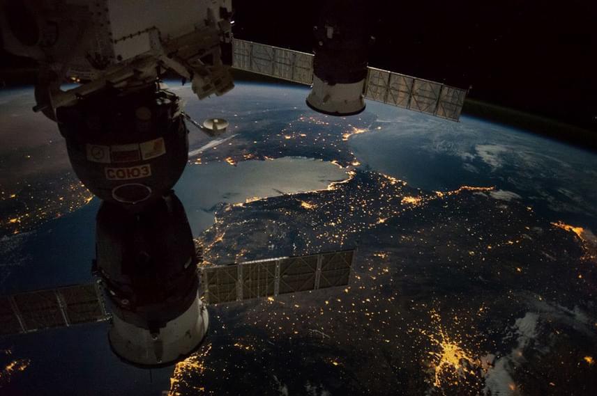Csodálatos éjszakai felvételeket készített a Nemzetközi Űrállomás 49-es legénysége: ez a fotó a Gibraltári-szorost ábrázolja.