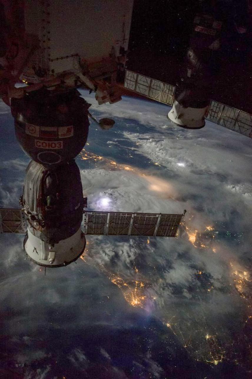 Négyszáz kilométerrel az űrállomás alatt egy éjszakai vihar látható, amelyben még a villámok is jól kivehetőek - a fényes, fehér foltok azok.