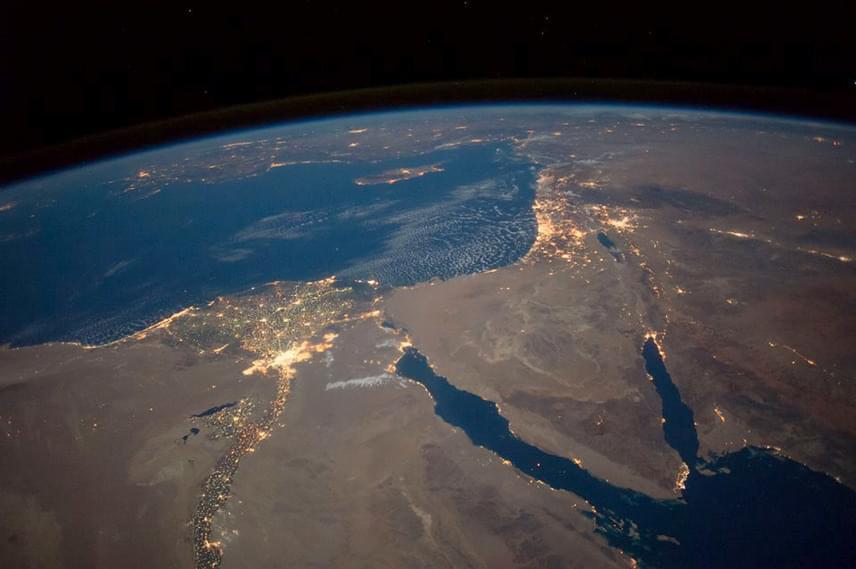A kép Észak-Egyiptom, a Sínai-félsziget, Kairó, a Nílus és a Földközi-tenger térsége felett készült.