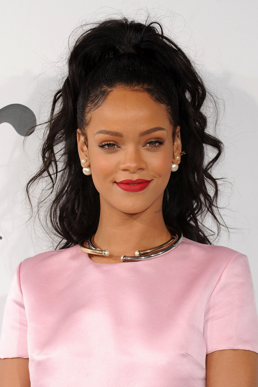 Rihanna nemcsak a dalszövegeiben énekel a bilincselés örömeiről: elárulta, hogy ő rajong érte, ha partnere kikötözi szeretkezés közben.                         - Szeretem, ha elfenekelnek vagy kikötöznek. Szeretem, ha egy határozott pasi uralkodik rajtam. Ez bármilyen kapcsolatot felpezsdít, nekem elhihetitek - árulta el a Hollywood Accessnek adott interjújában.