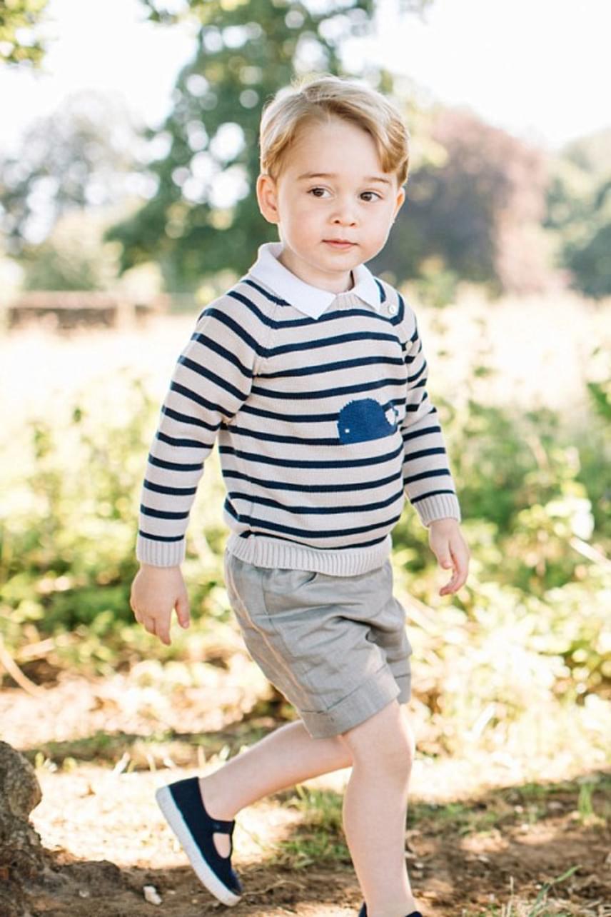 A kis herceg harmadik születésnapjára is ő választott ruhát: akkor egy egyszerű, csíkos pulcsira szavazott, amin egy édes kis bálna van a középpontban.