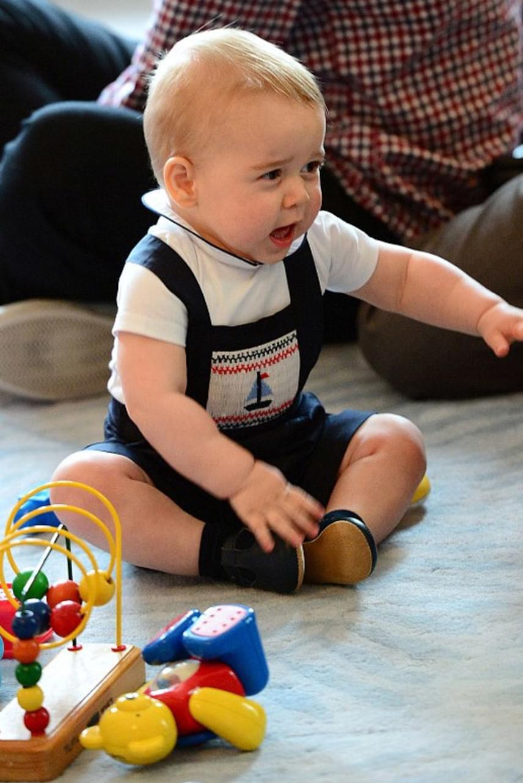A kis György herceg első külföldi útján viselte ezt a tündéri, vitorlás hajóval díszített kantáros nadrágot - ehhez hasonló darabot láthatunk majd rajta most is, hogy könnyebben menjen a játék.