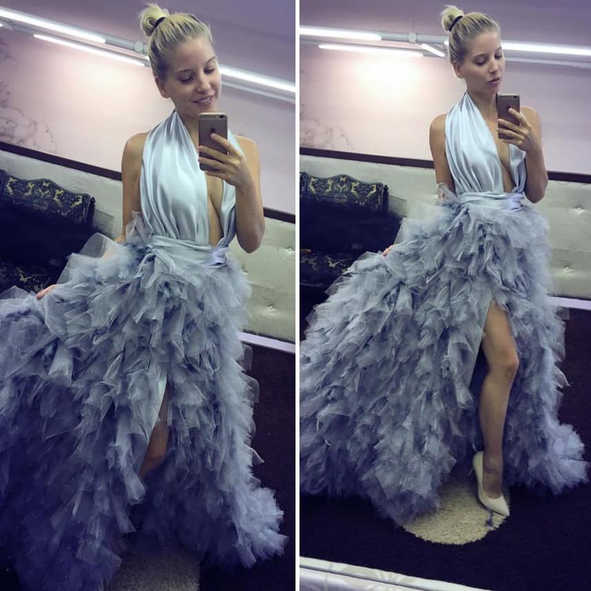 Szabó Zsófi azt írta, a Silver Rose meseszép ruhájában úgy érzi magát, mintha Elza hercegnő lenne a Jégvarázs című rajzfilmből. A kreáció valóban gyönyörű, csak a köldökig kivágott felsőrésszel meglehetősen merész.