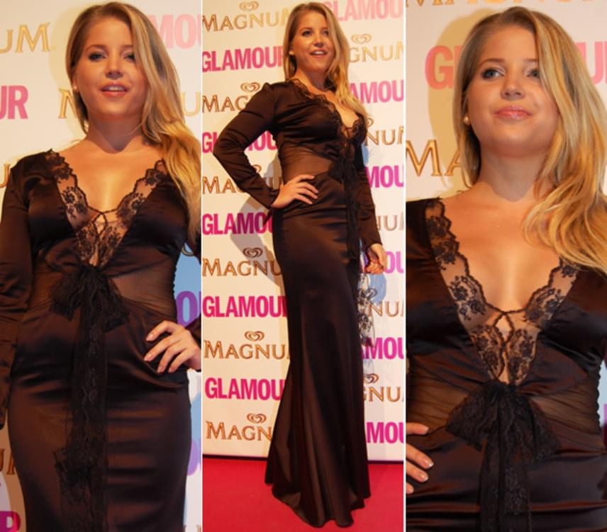 A 2013-as Glamour-gálán ebben a fekete, csipkével díszített darabban keltett feltűnést: nem húzott melltartót az estélyi ruhája alá, ami a vakuk fényében mindenkinek feltűnt.