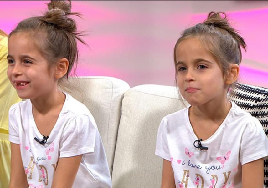 Anna Zoé és Zia Szofi otthon babázni szeretnek a legjobban, de iskolába is szeretnek járni, idén kezdték az első osztályt.