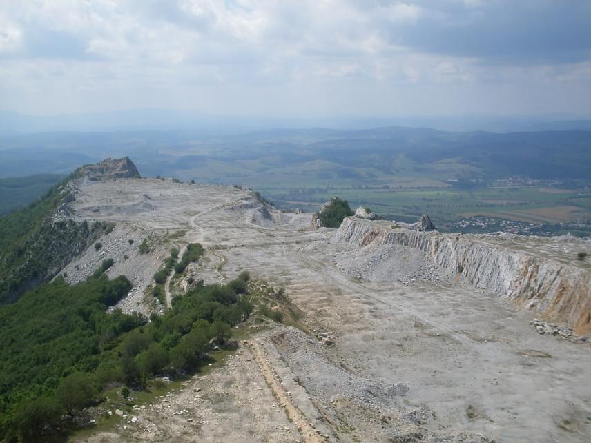 A magával ragadó bükki kilátás mellett egy kietlen, kopár vidéket vehetsz észre a hegytetőn. A Bél-kő csúcsa ugyanis a bélapátfalvai cementgyár működéséhez szükséges mészkőbányászatnak esett áldozatául, gyakorlatilag elhordták a hegytetőt alkotó kőzetet.