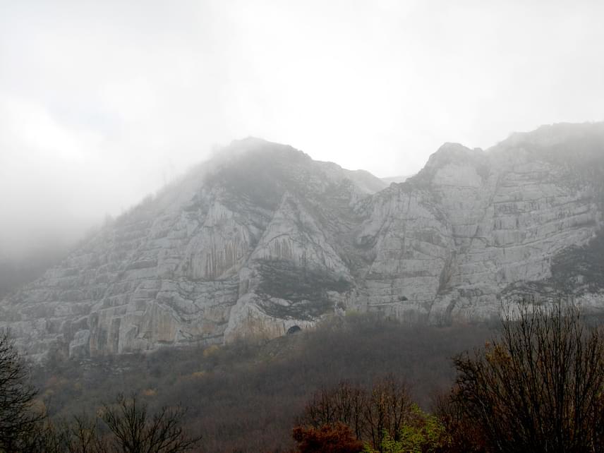 A Bélkő Tanösvényt 2003-ban adták át, majd 2008-ban védetté nyilvánították a hegytetőt. Az útvonal végi orom páratlan panorámát nyújt a turisták számára, a hegység adottságait pedig egyik évszakban sem lehet megunni.