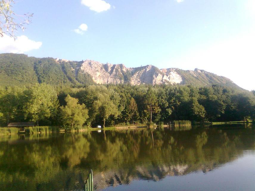A mesebeli Szalajka-völgy közelében található Bélapátfalva, a faluszéli Lak-völgyi-, vagy helyi elnevezése szerint Gyári-tótól egy izgalmas turistaút indul: a Bélkő Tanösvényen bebarangolható vidékek ugyanis a varázslatos zöld tájakon túl igazi földöntúli tájat is megmutatnak.