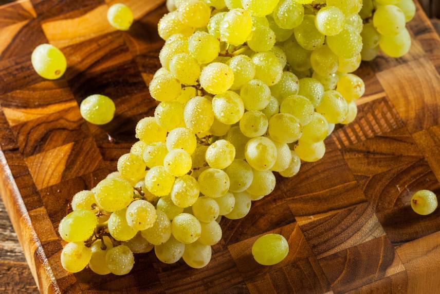 Káliumtartalomban a szőlő is bővelkedik, így az ízletes őszi gyümölcs segíthet abban, hogy a szervezetedbe kerülő nátrium a vizelettel kiválasztódjon. A magas rost- és víztartalmú bogyók emellett a gyomrot is hosszú időre eltelítik, noha kevés kalóriát tartalmaznak, ezért nagyon jó választást jelentenek fogyókúrás nassolnivalóként.