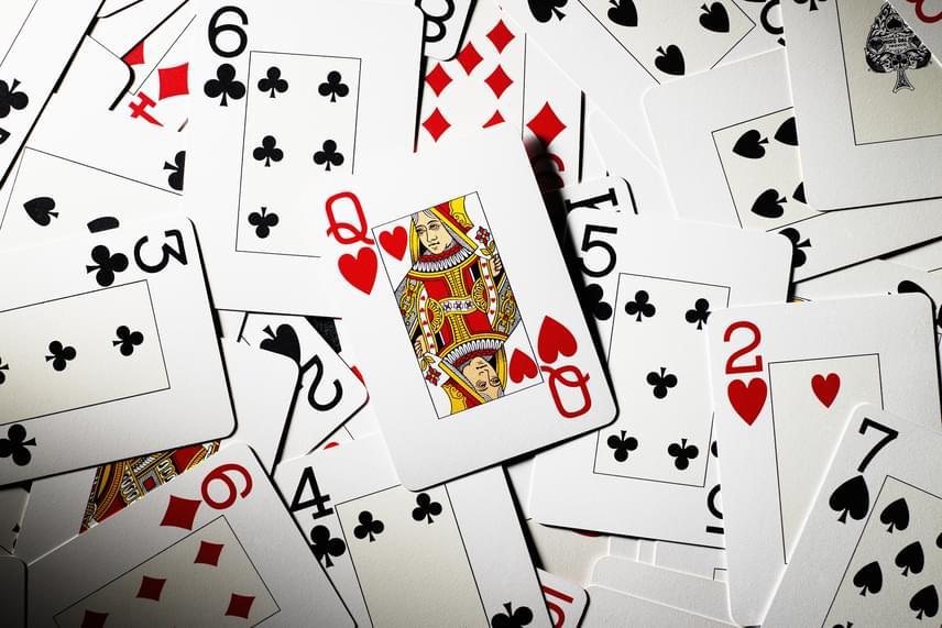 A zsíros, piszkos foltokat a kártyákról is képes eltüntetni, ehhez azonban érdemes egy speciális módszert alkalmaznod: tedd a kártyákat egy zacskóba, amibe lisztet is tettél, majd óvatosan rázogasd meg. Végül rázd le a lisztet a kártyákról.