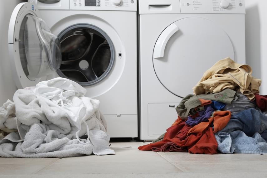 Ugyanezen oknál fogva érdemes mosás előtt szórni belőle egy keveset a ruhák olajos, zsíros foltjaira, majd hagyni kicsit állni, mielőtt elindítod a gépet.