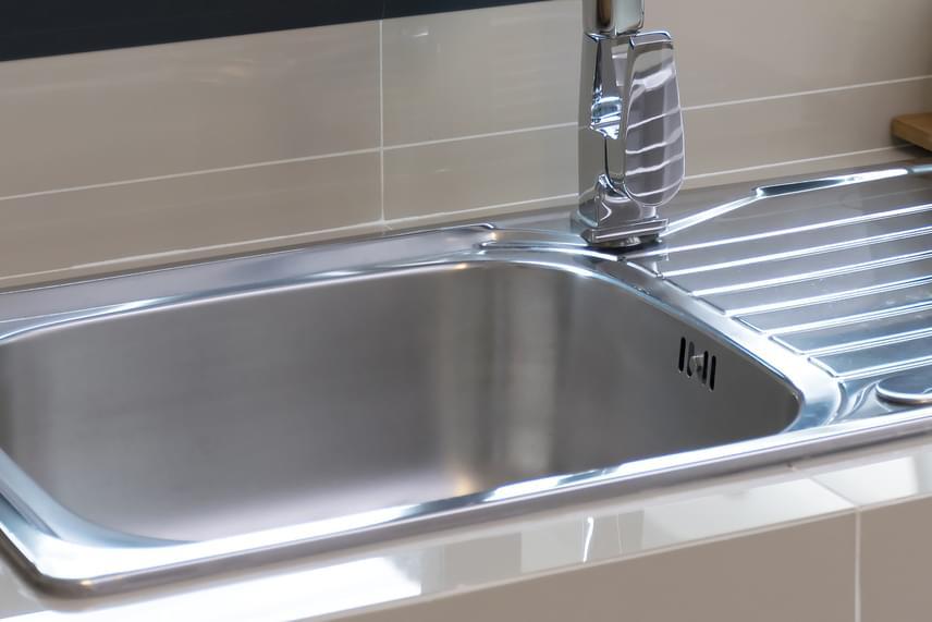 A liszt tökéletesen alkalmas lehet arra is, hogy a vízköves, fényét vesztett mosogatót újjávarázsolja: egyszerűen csak szórd be a felületet, majd dörzsöld át az egészet egy ronggyal vagy törlőkendővel. Végül öblítsd le alaposan hideg vízzel.