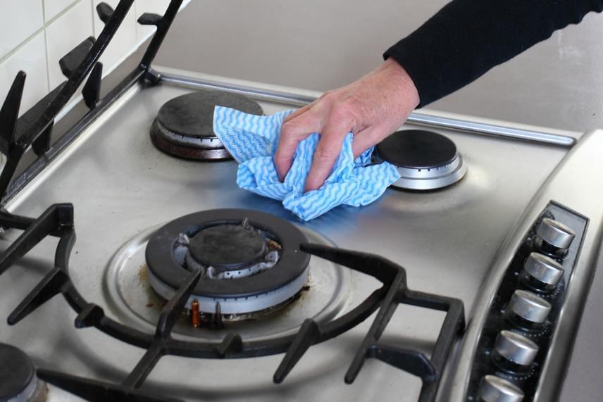 Pont ugyanígy használhatod a tűzhely felületének fényesítésére, de tisztítására is, remekül magába szívja ugyanis a zsíros szennyeződéseket.