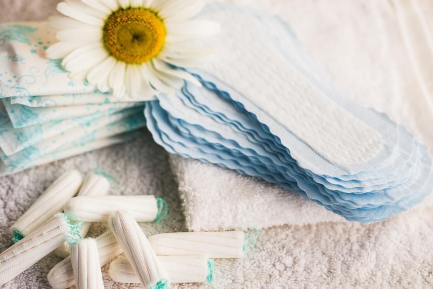 Az érzékeny flóra érdekében érdemes óvakodni az illatosított törlőkendőktől, illetve az ugyanilyen intim betétektől, tisztasági betétektől is, ezek ugyanis könnyen felboríthatják az egyensúlyt, és irritációt is okozhatnak.