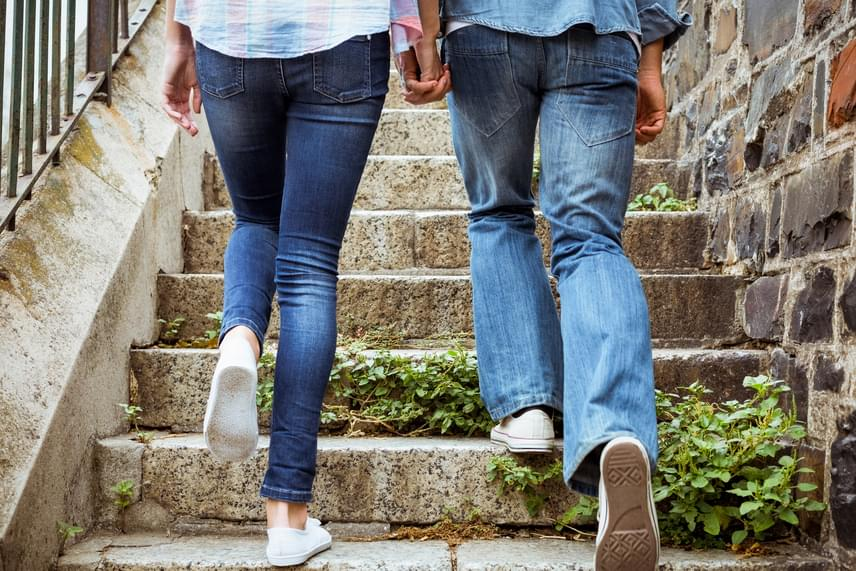 A nem megfelelő öltözék, például az, ha valaki rendszeresen szűk farmert hord, jelentős mértékben megnövelheti a gombás fertőzés kialakulásának kockázatát, akár a láb bőrfelületein, akár az intim tájékon, ugyanis ennek hatására akadályozott lesz a szellőzés, ami kedvez a gombák szaporodásának, és állandó irritációt jelent a már említett intim testrészek számára is. De nemcsak a farmerre igaz mindez, a szűk nadrágokat általánosságban is érdemes kerülni - még inkább, ha műszálas anyagból készültek -, és érdemes tudni róluk azt is, hogy a végtagok keringésének sem tesznek jót.