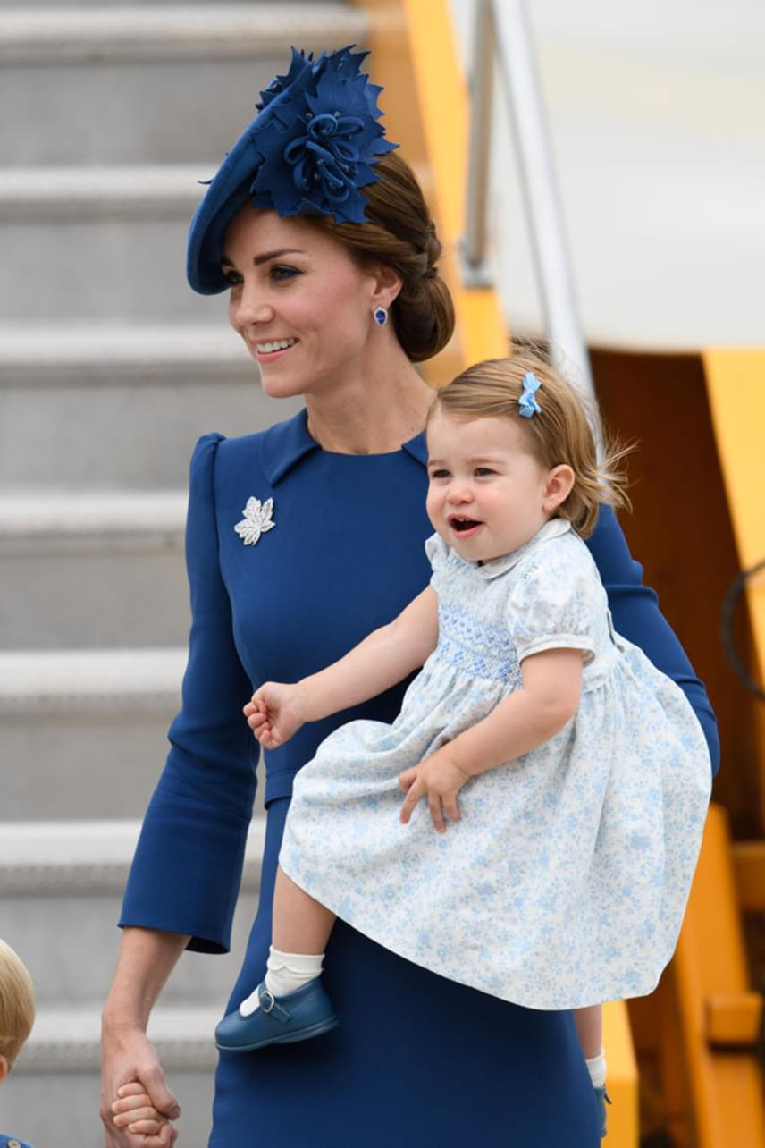 Hatalmasat nőtt a kis Charlotte hercegnő, mióta utoljára láthattuk, masnival a hajában már kész hölgynek tűnik.
