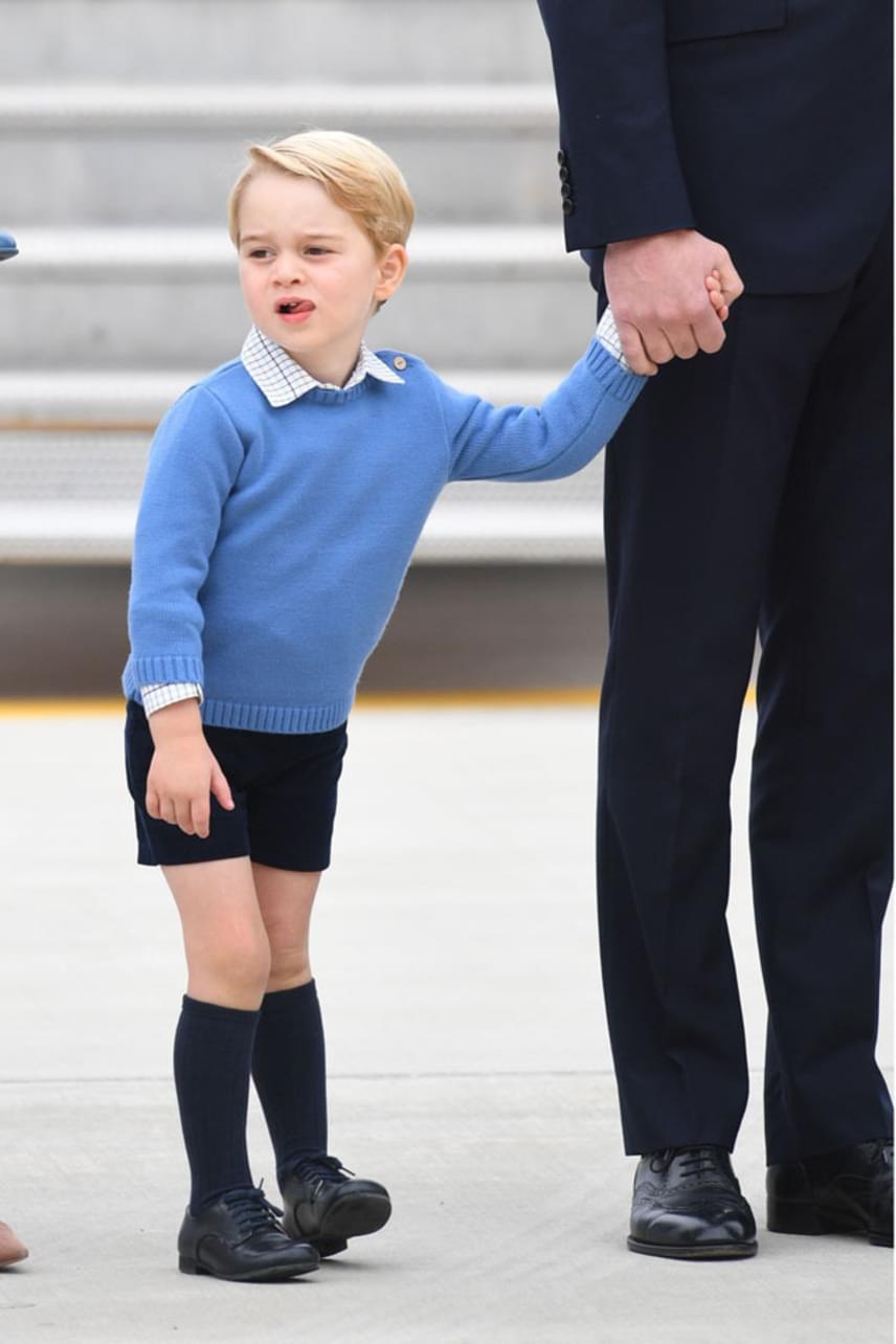 A huncut György herceg most sem bírta ki, hogy ne adja önmagát, nyelvét nyújtogatva szállt le a repülőgépről.