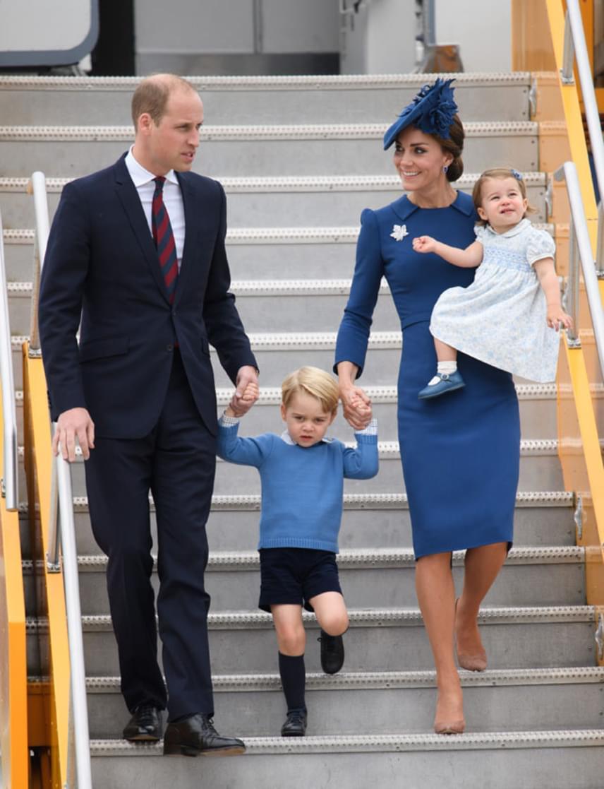 Katalin hercegné káprázatosan festett ebben a királykék Jenny Packham ruhában, és ezúttal gyermekei is hozzá öltöztek.