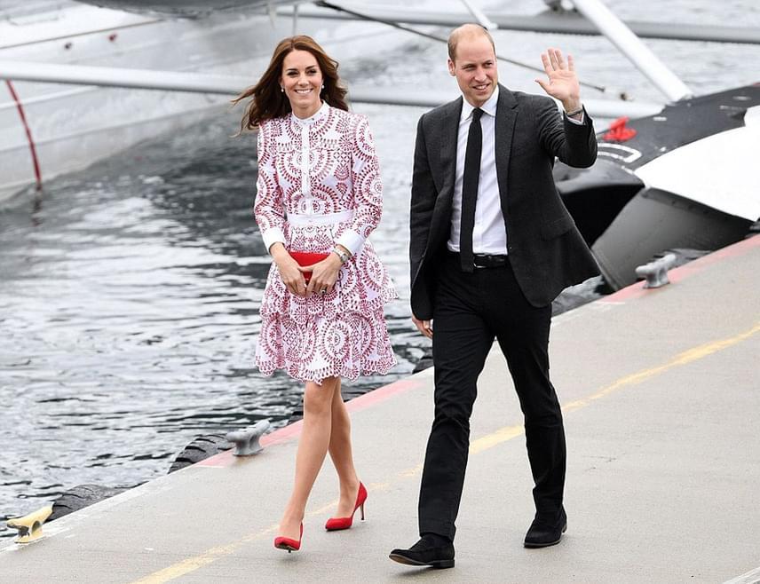 Hatalmas tömeg várta a kanadai kikötővárosban a hercegi párt, Katalin és Vilmos éljenzés közepette szállt le a repülőről.