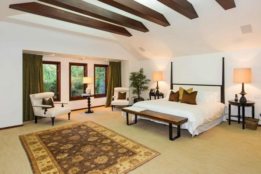 Angelina hálószobája ilyen tágas és gyönyörű. El tudjuk képzelni, ahogy hétvégente elnyúlik a hatalmas ágyon, gyerekeivel körbevéve.