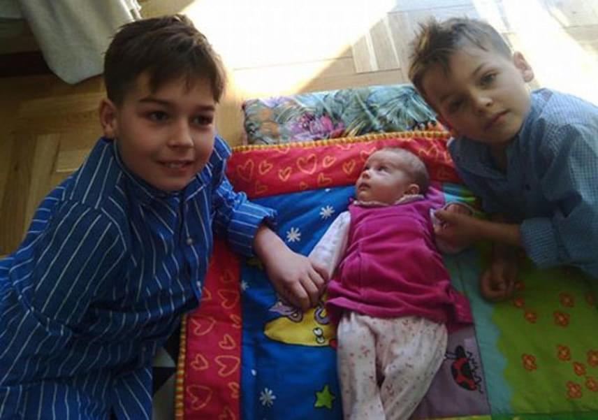 Az egykori szexszimbólumot, Tordai Terit egy szem lánya, Horváth Lili színésznő két fiúval, a tízéves Ádámmal és a hétéves Áronnal, illetve egy kislánnyal, a 2015-ben született Dóra Lilivel - jobb oldali fotó - ajándékozta meg.
