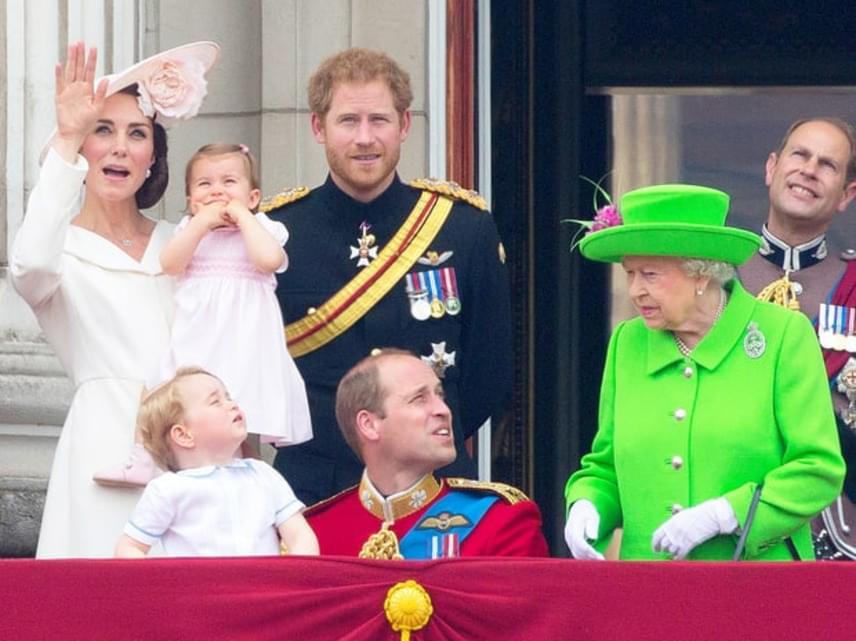 Íme, a híres jelenet, ami az egész világot megmosolyogtatta: Erzsébet királynő a palota erkélyén pirított rá unokájára, és utasította, hogy azonnal álljon fel.