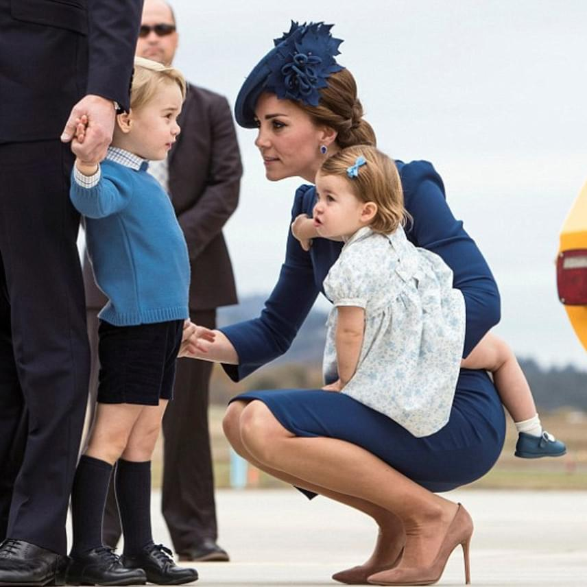 A kis György herceg kissé megszeppent a hatalmas tömeg láttán, akik a fogadásukra érkeztek. Hogy megnyugtassa, édesanyja lehajolt hozzá, ami Erzsébetnek egyáltalán nem tetszett volna.