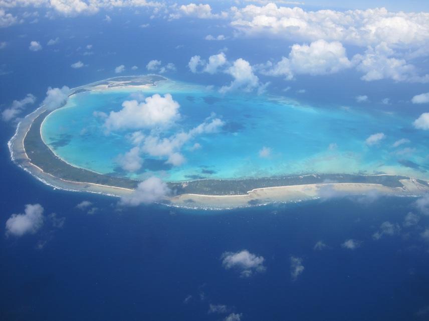 Kiribati Köztársaság Hawaii és Ausztrália között található, és 33 vulkáni eredetű korallszigetből áll, melyből 21 atoll lakott. Az Egyenlítő-közeli szigetcsoport egykor brit gyarmat volt, felszabadulása előtt Gilbert-szigeteknek nevezték.