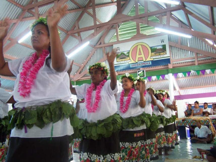 A kiribati nemzetség mindössze 93 533 lakosból áll, melynek többségét a keresztény hitű mikronézek teszik ki, hivatalos nyelvük pedig az angol és a gilberti. Az országban egyébként nagy a munkanélküliség, mára csak a turizmus, a halászat és a külföldről hazautalók működtetik az országot.